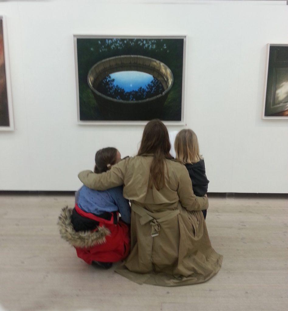 familj ser på konst av Anna Toresdotter